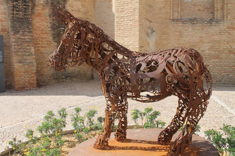 'Asnografía', escultura de Víctor Pulido situada en la Plaza de las Monjas de Moguer. Autora: Ángela Olaya.