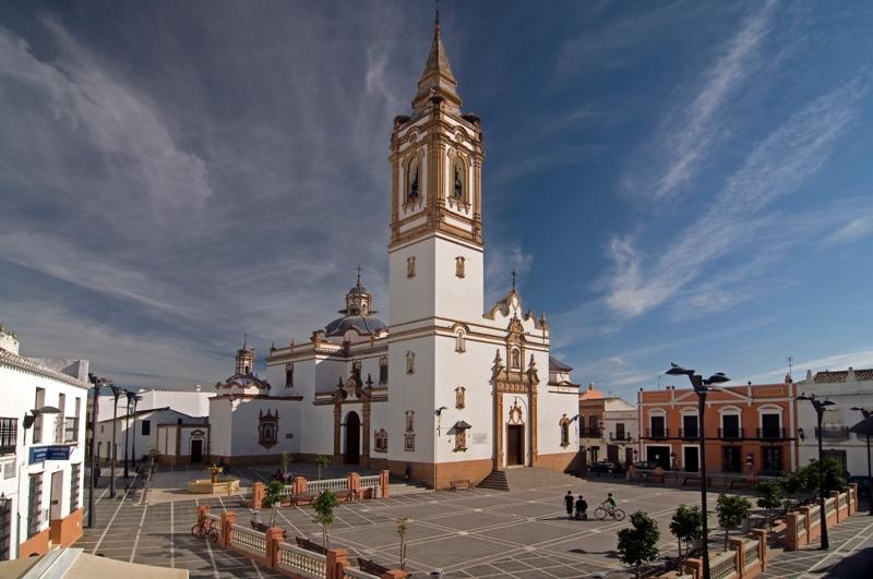 Iglesia de San Bartolomé (S.XV-XVI) y Plaza de España. Rociana del Condado.