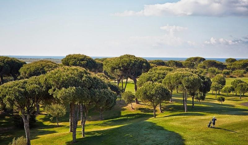 Los campos de golf de la Costa de Huelva se ubican en escenarios de inigualable belleza.