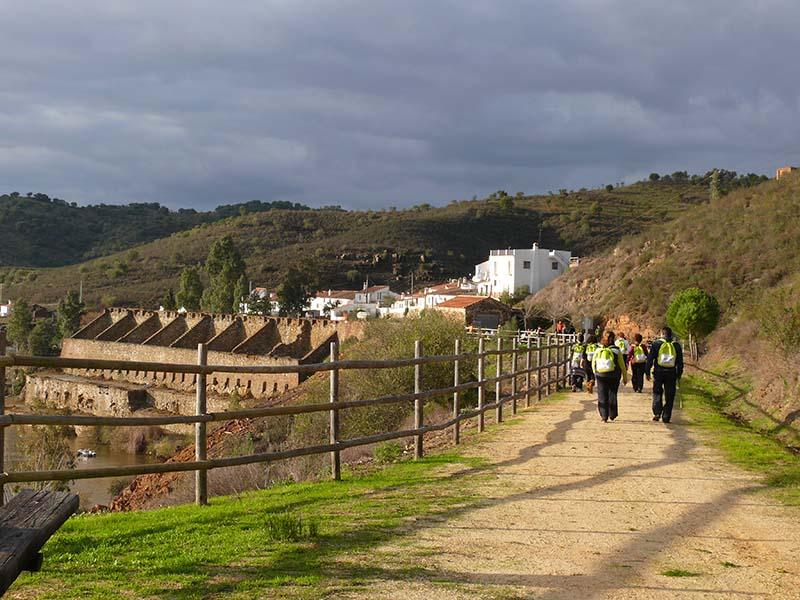 Vía Verde del Guadiana a su paso por la presa del Chanza.