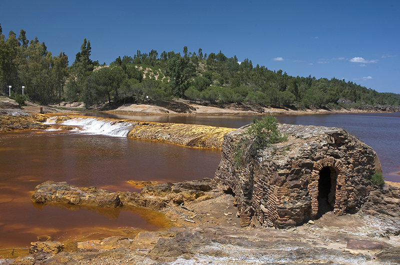 Los molinos del Tinto pueden verse desde las rutas de senderismo y BTT, habilitadas en la comarca del Condado.