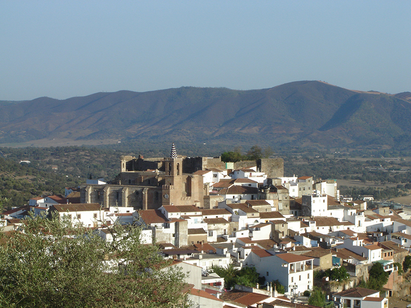 Vista urbana de Aroche en la que destaca su fortaleza. Autor: Diego Ríos.