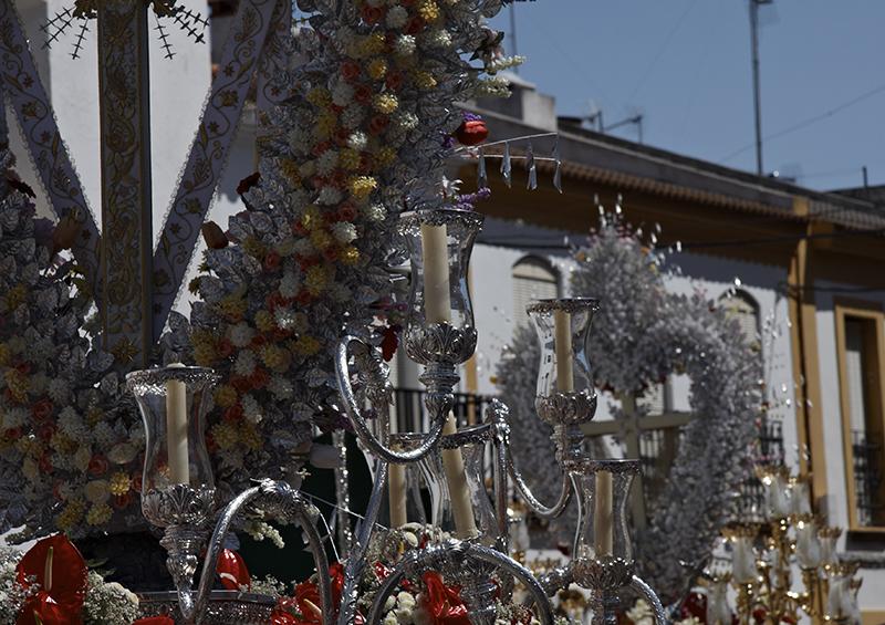 Bonares se llena de luz, color y alegría durante las Cruces de Mayo.