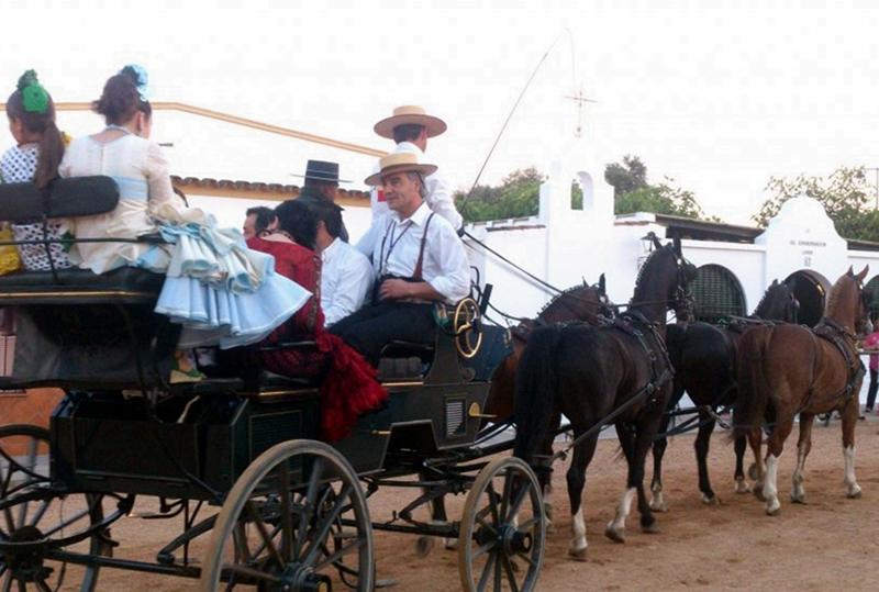 Los romeros hacen el camino a pie, a caballo o en charré.
