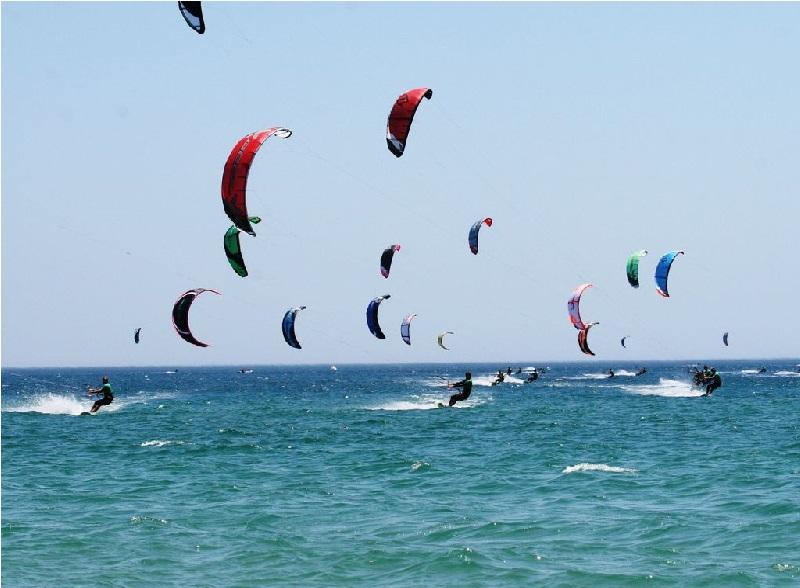 Practica kitesurf en la Costa de la Luz.